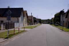 Ulice s domy v Bělušicích